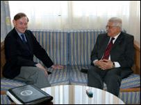 الرئيس الفلسطيني محمود عباس (يمين) مع نائب وزيرة الخارجية الأمريكي روبرت زوليك، المنتدى الاقتصادي الدولي شرم الشيخ 20 مايو/أيار 2006، الصورة أسوشييتدبرس