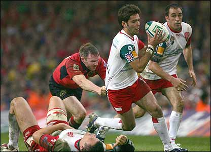 Dimitri Yachvili makes a break for Biarritz