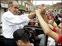 El candidato presidencial Horacio Serpa, en su acto de cierre de campaña en Bogotá, el domingo.