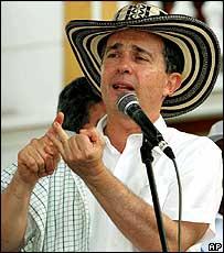 Uribe habla durante un acto electoral en Cartagena, el domingo.