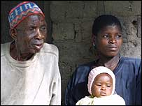 Wathipa Mkushiwa (l) and his granddaughter, Zione William