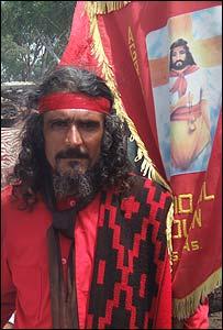 Un devoto de Gil, vestido como su patrono
