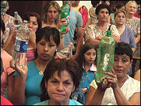 Botellas de agua buscando la bendición sacerdotal