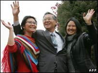 Alberto Fujimori seen with his daughters Sashi (left) and Keiko (right) outside his residence in Santiago
