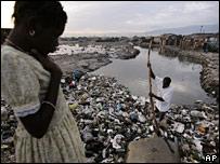 Niña en un suburbio de la capital haitiana