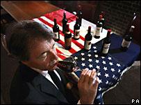 El escritor de vinos Steven Spurrier se prepara para una cata a ciegas de vino