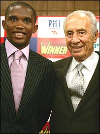 Samuel Eto'o (left) and Israeli vice-premier Shimon Peres