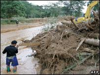 Thai man by swollen river, 24/05/06