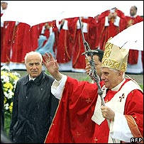 Pope arrives in Warsaw square to give Mass in rainy weather on Friday