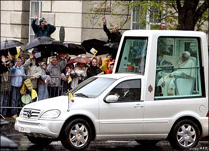 Pope Benedict XVI arrives in Pilsudski Square