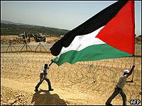 Palestinos con bandera.