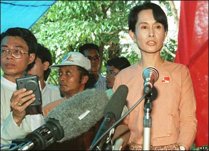 Aung San Suu Kyi making speeches in 1995 after she was released the first time