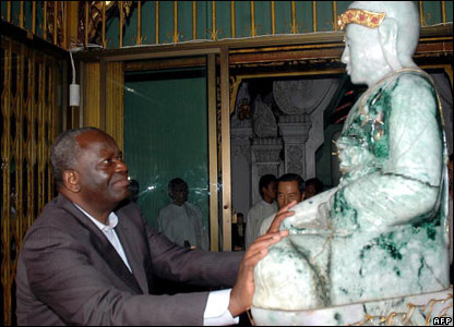 Ibrahim Gambari touches a statue of Buddha while visiting the historical Shwe Da Gon pagoda in Yangon, 18 May 2006