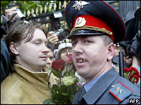 Участник гей-парада и московский милиционер