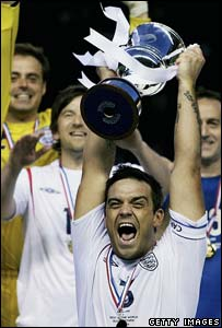 Robbie Williams lifts the Soccer Aid Cup