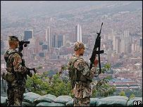 Soldados colombianos en la ciudad de Medellín