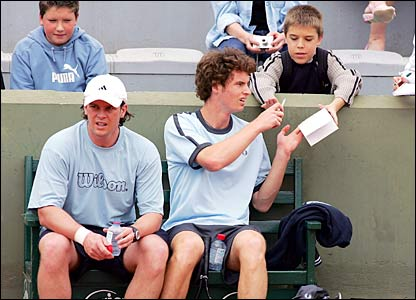 Andy Murray and stand-in coach Leon Smith (left)