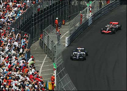 Mark Williams leads Kimi Raikonnen on lap one