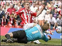 Grimsby keeper Steve Mildnehall smothers at the feet of Cheltenham striker Steve Gillespie