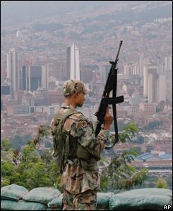 Un soldado observa Medell�n