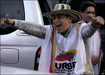 Un seguidor de Uribe celebra el triunfo en Bogot�