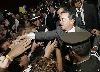El presidente Uribe saluda a sus seguidores