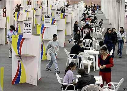 Colombianos votan en Bogot�