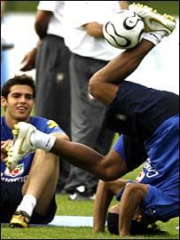 Kaka admires Ronaldinho's fancy footwork in training