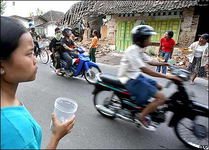 Residents beg for alms from motorists in Trimollio, Yogyakarta province of Central Java, 29 May 2006
