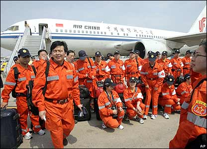 Members of the Chinese International Search and Rescue (CISAR) team gather before boarding an Air China plane departing for Yogyakarta, 29/05/2006