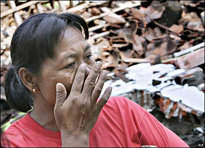 An Indonesian woman wipes away tears in front of a house where a neighbour was killed by Saturday's devastating earthquake at Samail, in the Imogiri district of Yogyakarta, 29/05/2006