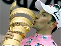 Ivan Basso kisses the Giro d'Italia trophy
