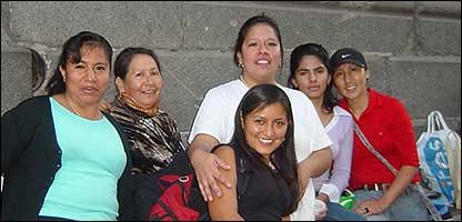 Empleadas peruanas en la Plaza de Armas de Santiago