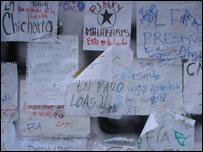 Mural con mensajes estudiantiles