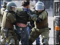 Policía chilena detiene a un joven en Santiago
