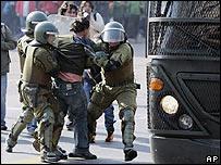 La policía chilena detiene a un manifestante en el centro de Santiago