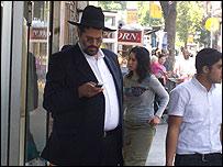 Un religioso judío con un celular en la calle. Foto:Jana Beris
