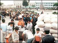 People queue to buy food in the Peruvian capital in an archive photo from 1985