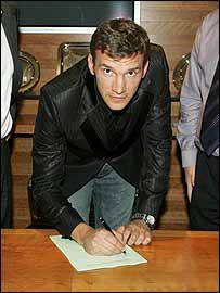 Andriy Shevchenko signs his contract