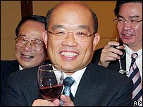 Taiwan's Premier Su Tseng-chang, centre, toasts with a group of Taiwanese businessmen working in mainland China, Thursday, June 1, 2006, in Taipei, Taiwan