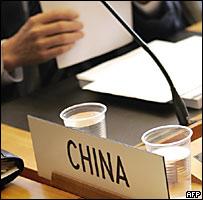 Un delegado chino en la OMC revisa sus notas.