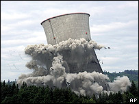 Demolition of US nuclear power plant cooling tower in Oregon, May 2006
