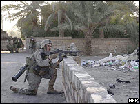 Infantes de marina patrullan las calles de Haditha.
