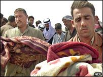 Iraquíes cargan cuerpos de niños muertos durante los incidentes en Ishaqi