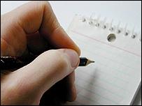 Una mano con un lápiz