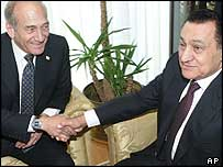 Ehud Olmert (left) and Hosni Mubarak (right) shaking hands