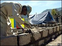 Man rebuilding following Pakistan quake