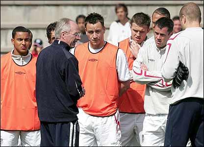England manager Sven-Goran Eriksson briefs his squad