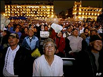 Mexicanos observan debate presidencial.