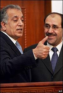 El embajador de Estados Unidos en Irak, Zalmay Khalilzad, con el primer ministro de Irak, Nouri Maliki.